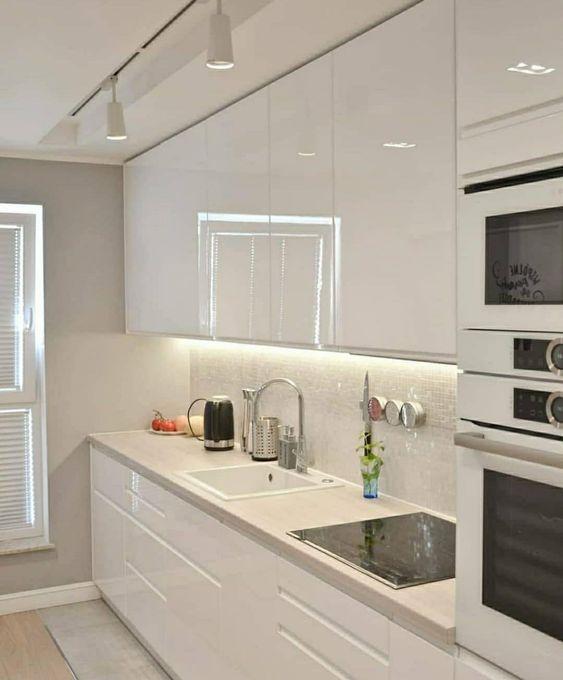 Cozinha pequena branca e clean