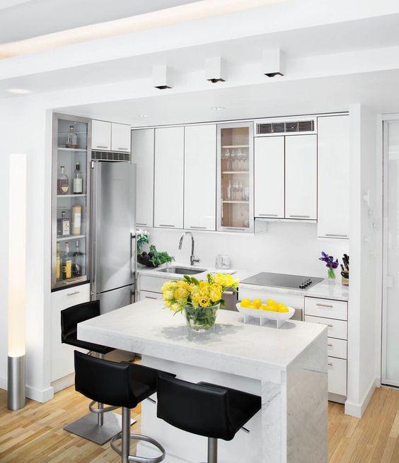 Cozinha branca e pequena planejada