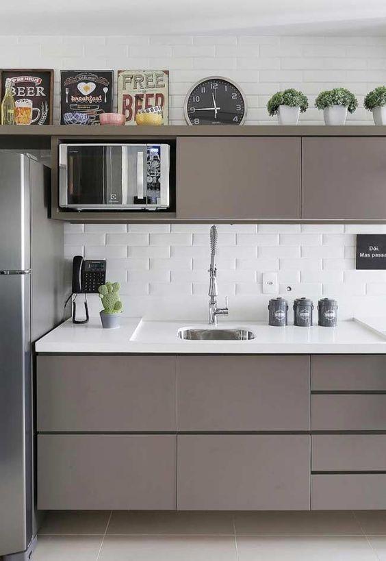 Cozinha pequena cinza e branca