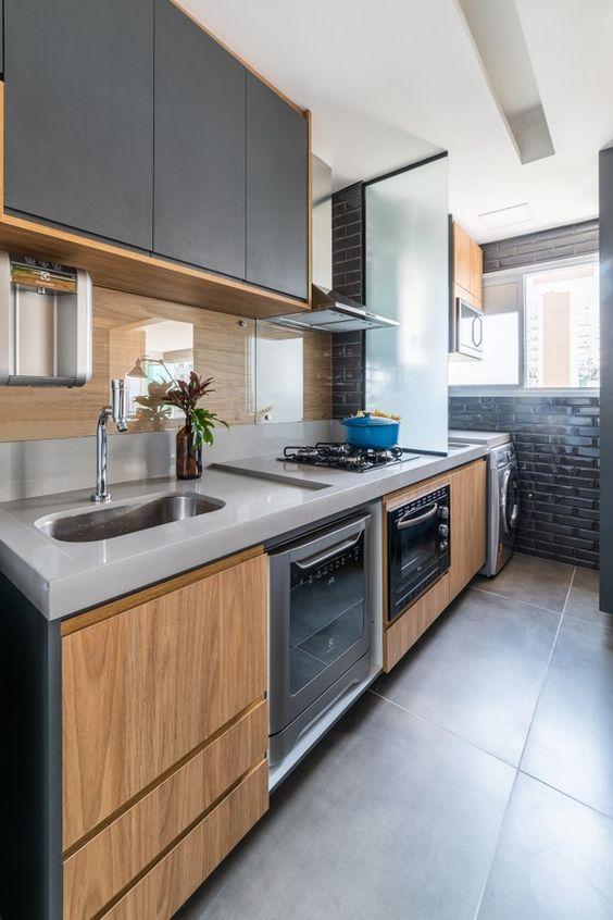 Cozinha pequena cinza com armário de madeira