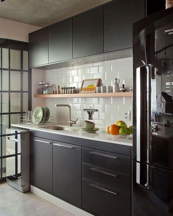 Armários de cozinha preto com geladeira preta moderna