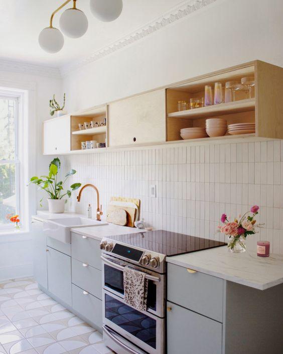 Cozinha pequena e neutra bem decorada