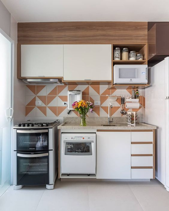 Cozinha pequena modulada com revestimento neutro