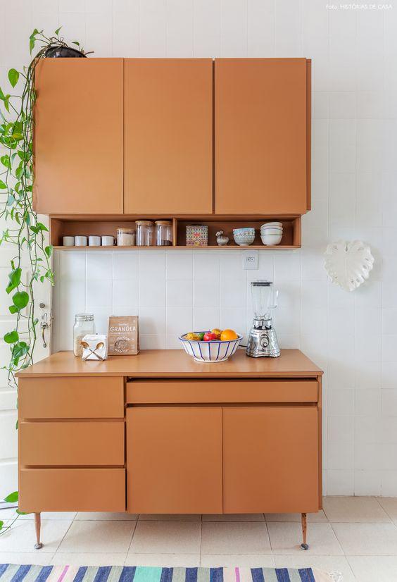 Cozinha pequena modulada de madeira