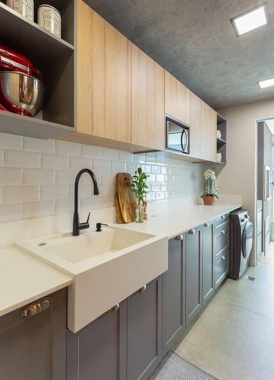 Cozinha pequena com pia branca moderna