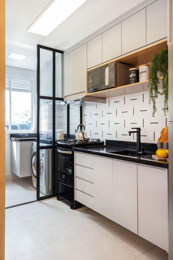 Cozinha pequena branca com fogão e pia preto