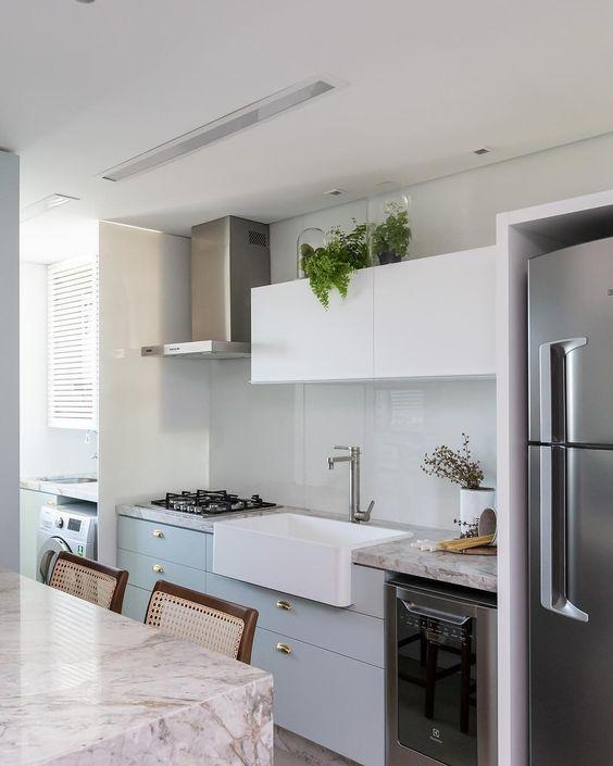 Cozinha pequena com pia branca e moderna