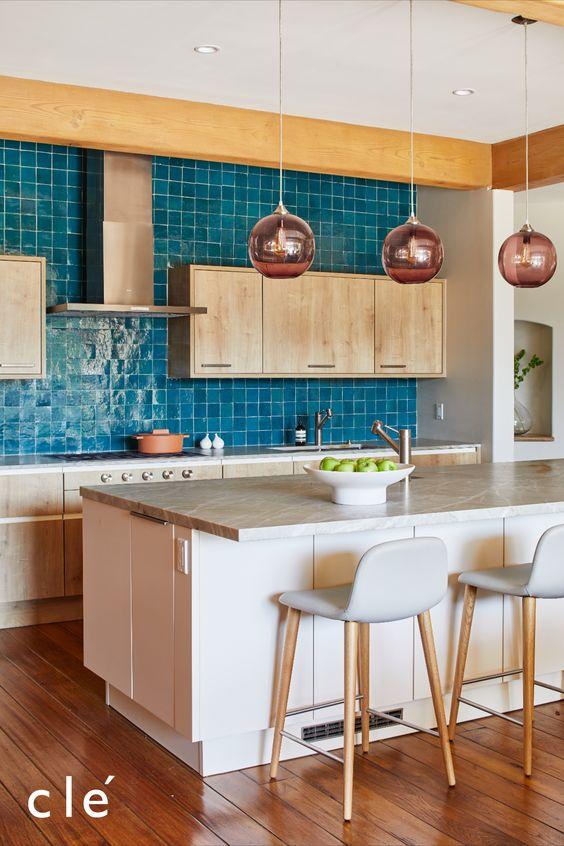 Que tal fazer armário de cozinha pequena branco e apostar no revestimento colorido?