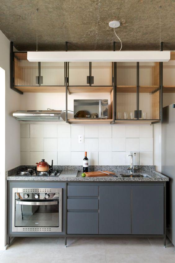 Cozinha pequena planejada e moderna com decoração industrial