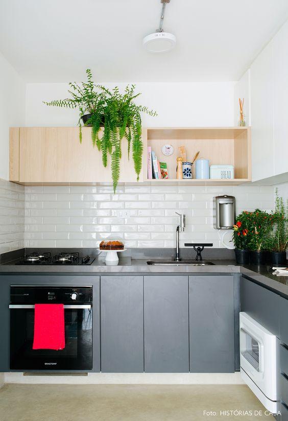 Cozinha pequena simples e bem decorada