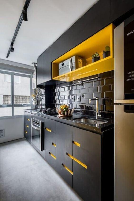 Cozinha pequena preto e amarelo