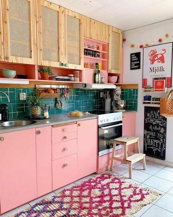 Cozinha pequena colorida e alegre