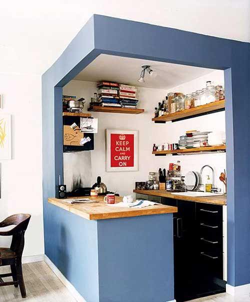 Cozinha pequena planejada com prateleiras e bancada