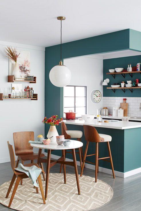 Cozinha pequena com bancada com revestimento verde e prateleiras