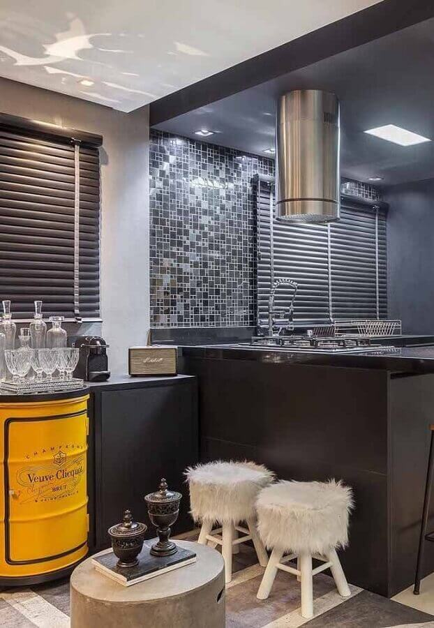 cozinha preta planejada decorada com tambor decorativo amarelo para barzinho Foto Pinterest