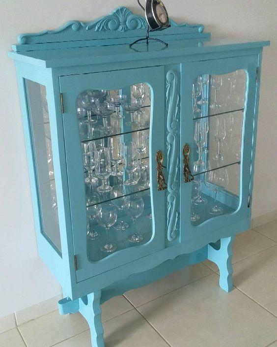 Cristaleira pequena de vidro com madeira azul