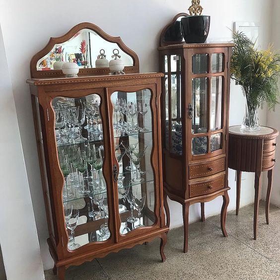 Cristaleira de vidro antiga e charmosa para usar na sala de estar