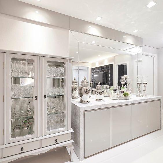 Cristaleira branca de vidro com espelho na sala moderna