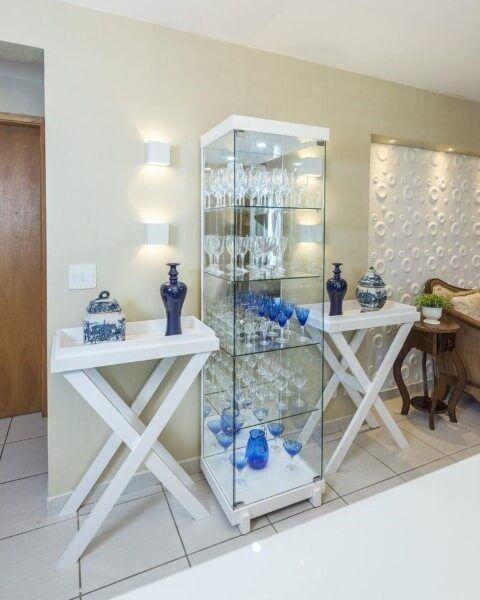 Cristaleira branca de vidro com aparadores combinando ao lado