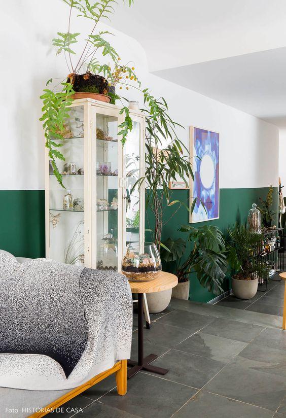 Cristaleira branca de vidro na sala de estar moderna