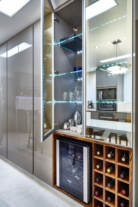 Cristaleira de vidro com adega moderna