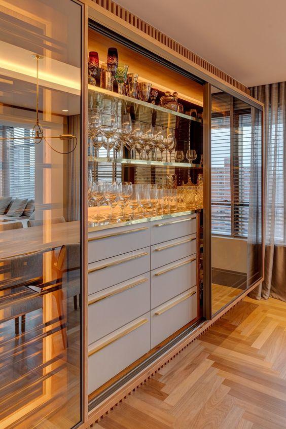Sala de estar com cristaleira de vidro moderna