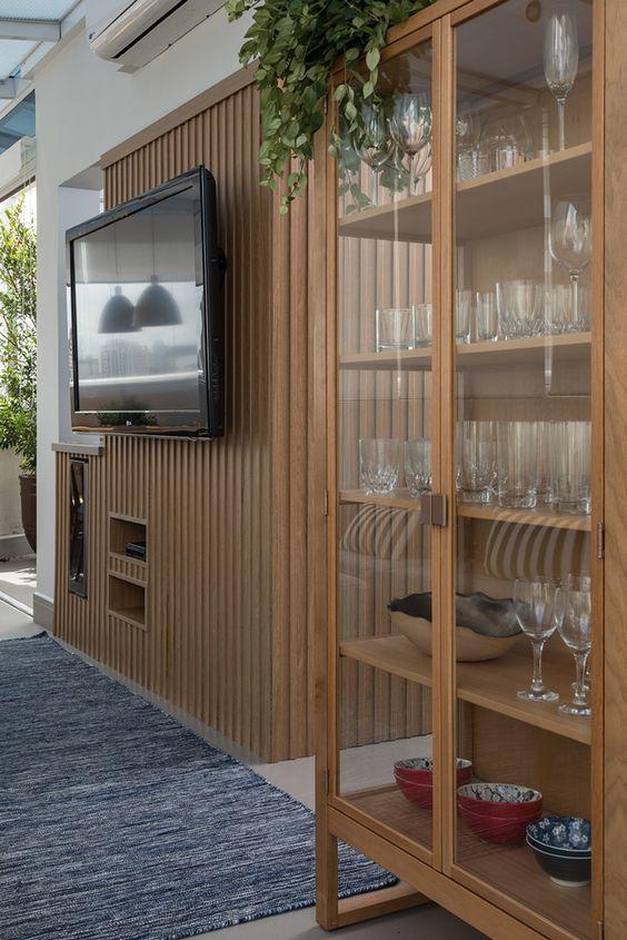 Cristaleira de vidro na sala moderna