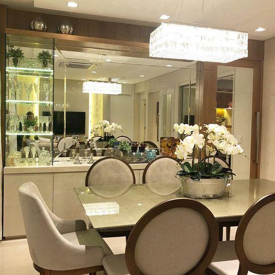 Sala de jantar moderna com cristaleira de vidro