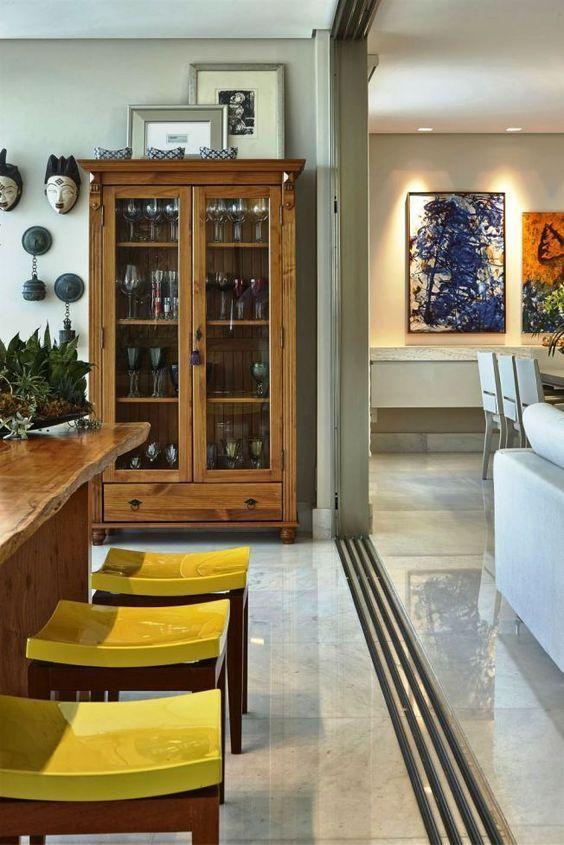 Cristaleira de vidro e madeira rústica