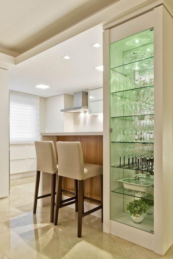 Cristaleira de vidro e madeira branca