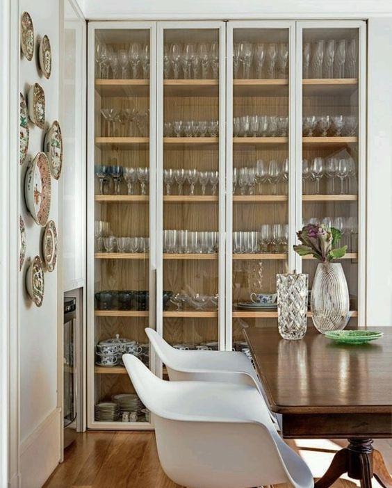 Sala de jantar com cristaleira de vidro grande
