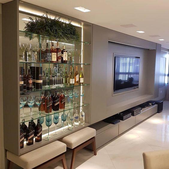 Cristaleira de vidro e madeira moderna com painel para tv de madeira
