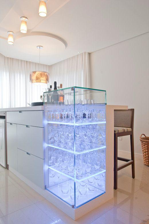Cristaleira de vidro na sala de estar moderna, próximo ao bar