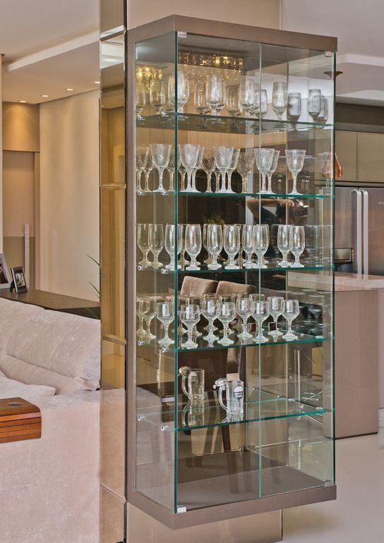 Cristaleira de vidro na sala de estar moderna