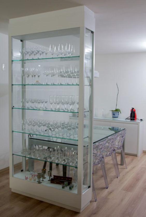 Cristaleira de vidro na sala de estar