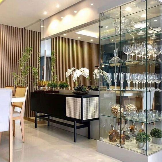 Sala de jantar com buffet preto e cristaleira de vidro