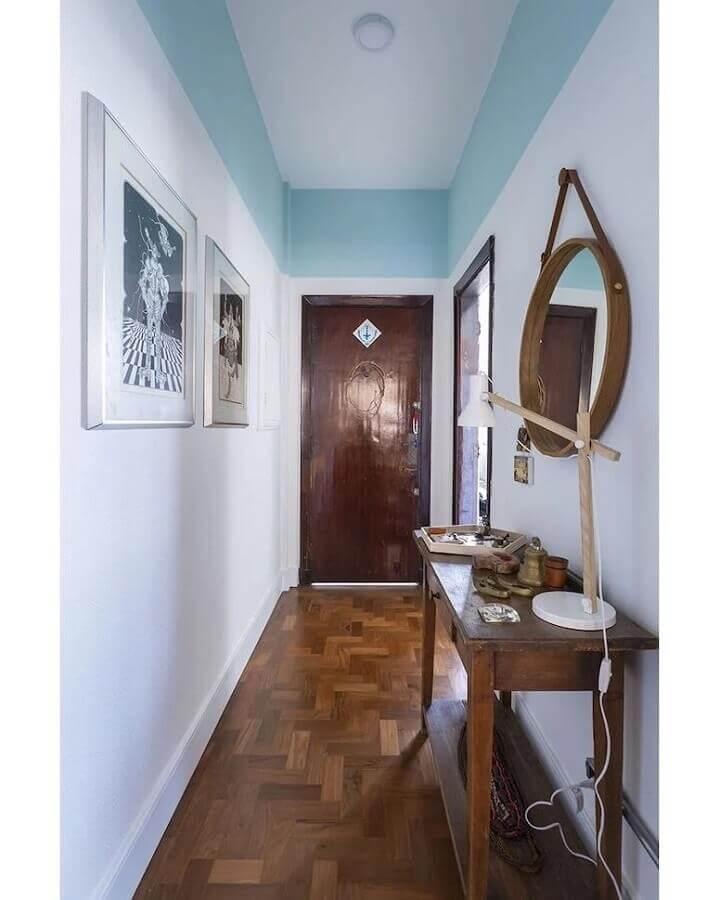 decoração azul pastel e branco para corredor com aparador de madeira Foto Maurício Arruda