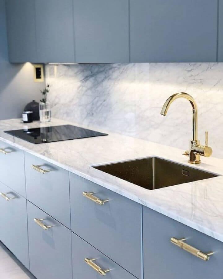 decoração azul pastel para armários de cozinha com puxadores dourados Foto Pinterest