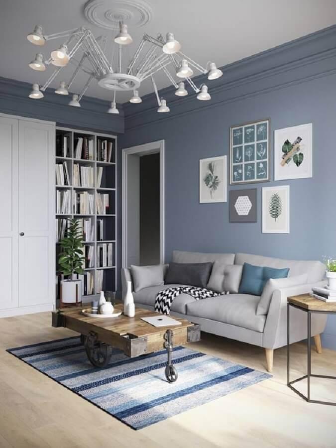 decoração azul pastel para decoração de sala com tapete listrado e sofá cinza Foto We Love It