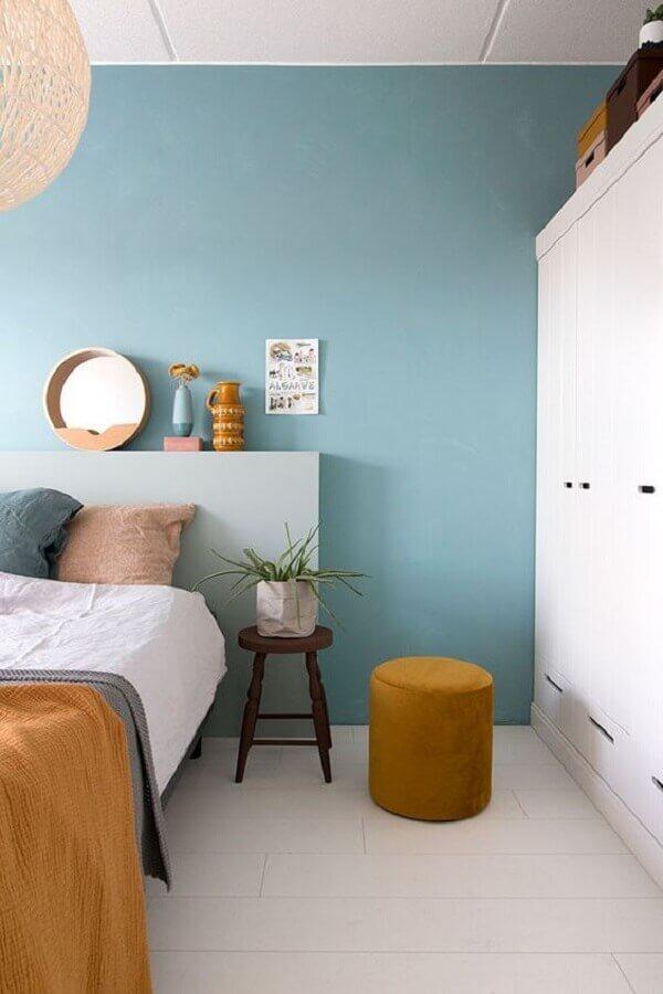 decoração azul pastel para quarto decorado com guarda roupa branco e puff redondo Foto Futurist Architecture
