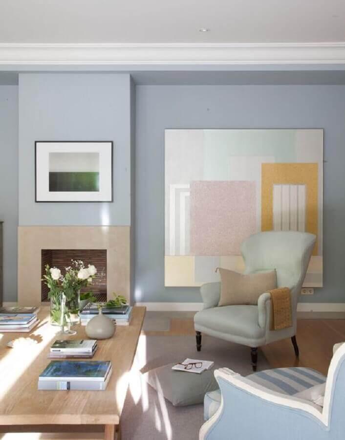 decoração azul pastel para sala decorada com lareira e quadro grande colorido Foto Pinterest