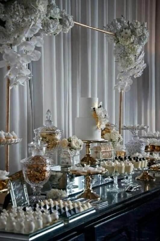 decoração bodas de cristal com flores brancas e detalhes em dourado Foto Style Me Pretty