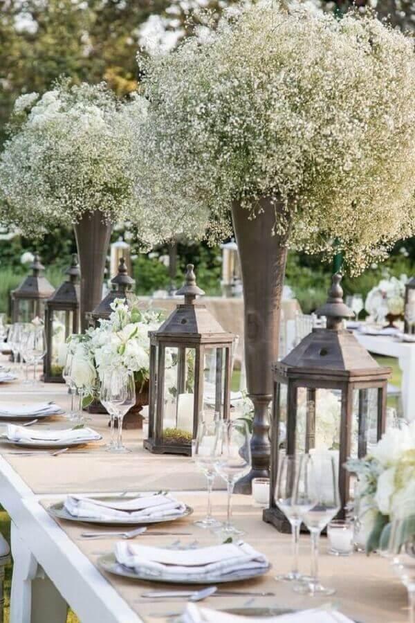 decoração bodas de cristal com lanternas marroquinas e arranjos de flores brancas Foto iCasei