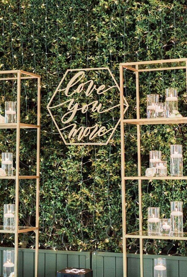 decoração bodas de cristal com painel de folhagens e pisca pisca Foto WeddBook