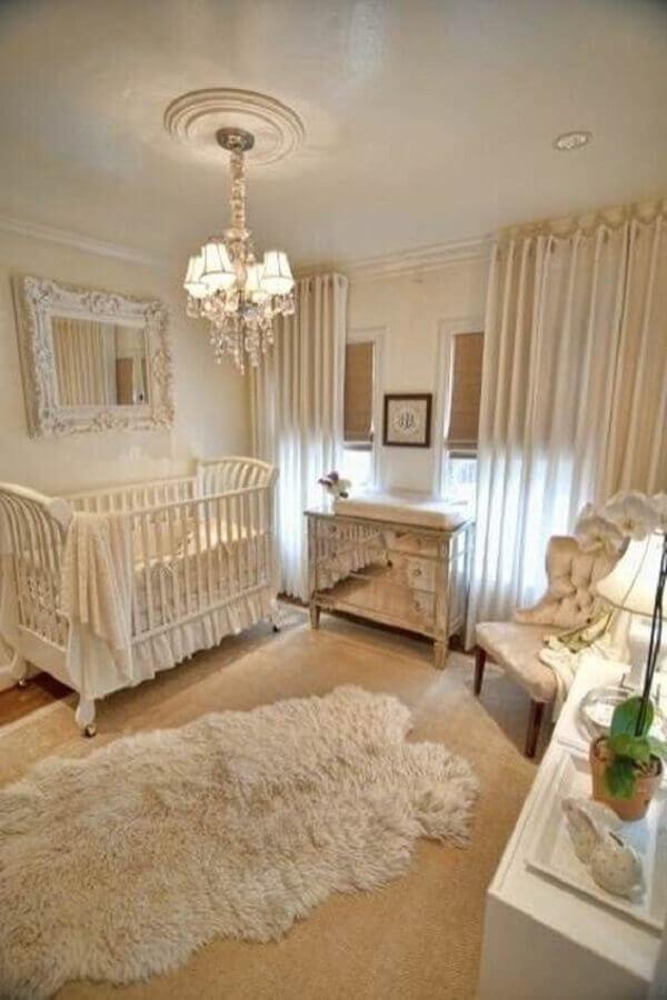 decoração clássica para quarto de bebê cor pérola com tapete felpudo Foto Pinterest