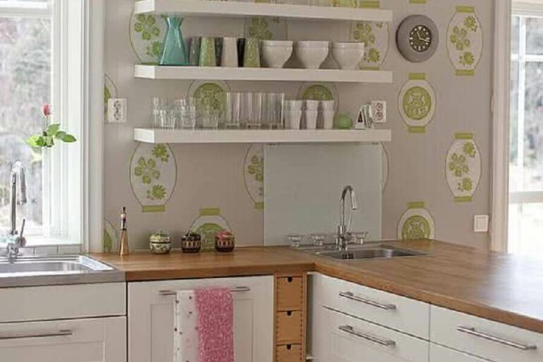 decoração clean com papel de parede para cozinha com armários brancos e bancada de madeira Foto Ideias para Decorar
