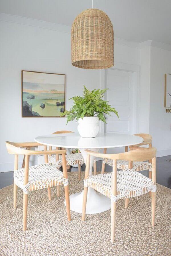 decoração clean com vaso branco como enfeite para centro de mesa de jantar Foto ZDesign At Home