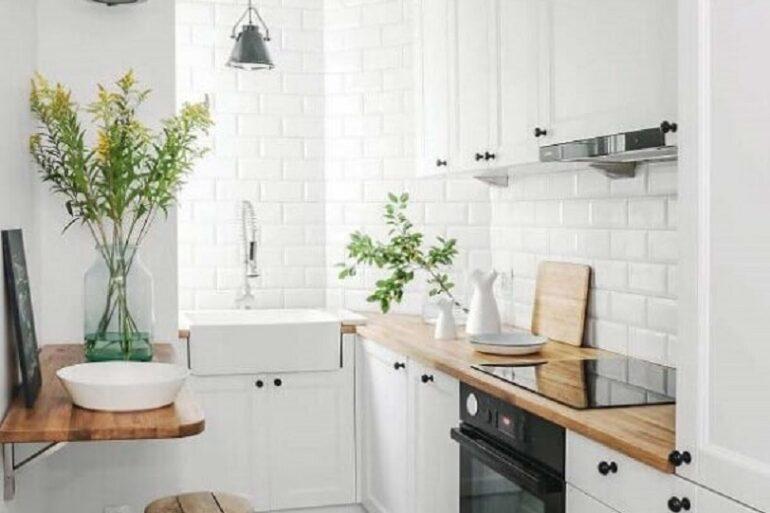 decoração clean para cozinha compacta com balcão de madeira Foto Apartment Therapy