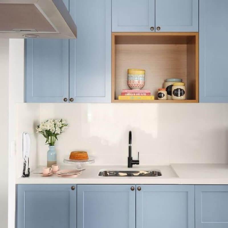 decoração com armários de cozinha azul pastel com nicho de madeira Foto Pinterest
