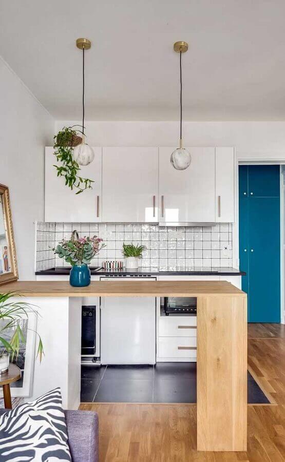 decoração com bancada de madeira e armário de cozinha compacta branco Foto Pinterest
